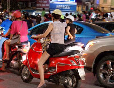 Nóng, con gái Hà Nội mặc xuyên thấu về đêm 10