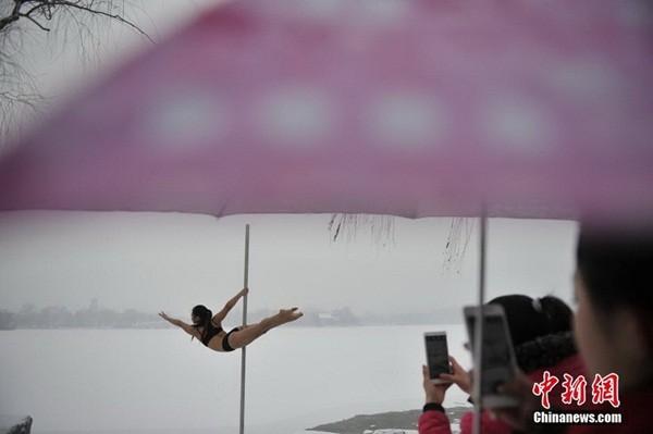 Ngắm thiếu nữ múa cột giữa băng tuyết 10