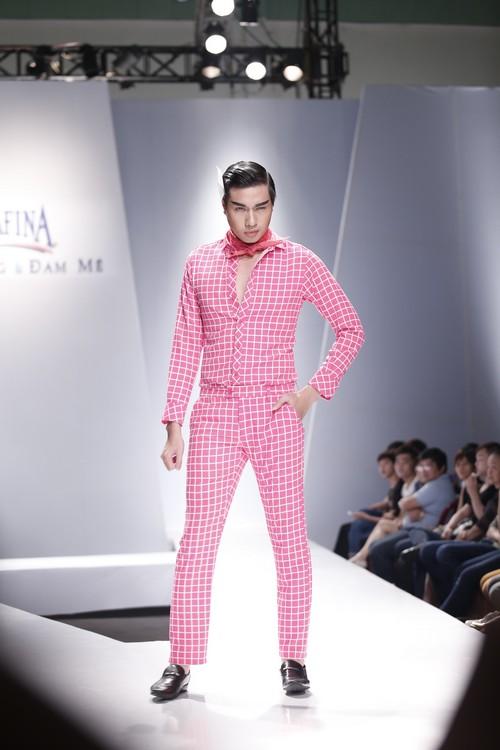 Giật mình mẫu nam Việt mặc vest không quần, diện váy hồng xuyên thấu 12
