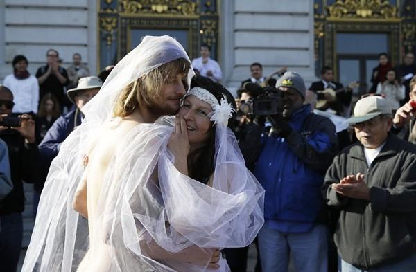 Cặp đôi khỏa thân làm đám cưới giữa đường phố đông đúc 1