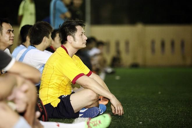 Vừa về đến Việt Nam, Bằng Kiều đã đối đầu Tuấn Hưng trên sân bóng 10