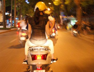 Nóng, con gái Hà Nội mặc xuyên thấu về đêm 13