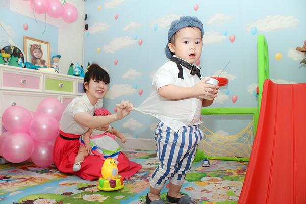Con trai Lý Hải đòi hôn bạn gái cùng lớp trong sinh nhật 2 tuổi 9