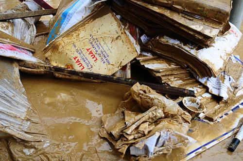 Xót xa trường lớp ngập tràn bùn đất sau lũ lớn 7