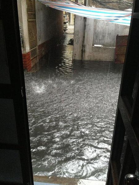 Phố cổ Hà Nội 'thành sông' sau mưa lớn 6