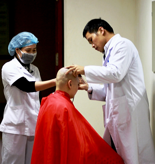 """Cảm động """"dịch vụ cắt tóc"""" đặc biệt cho bệnh nhân ung thư 3"""