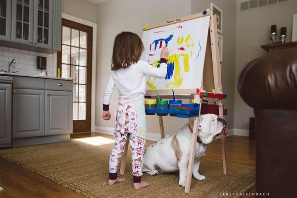 Tình bạn cực đáng yêu giữa cô bé 4 tuổi và chó cưng 6
