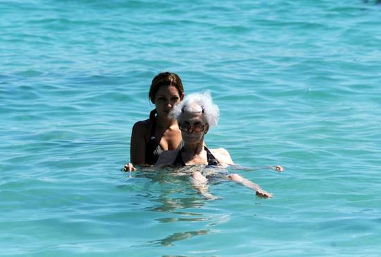 Nữ công tước U90 diện bikini sánh bước bên chồng trẻ đi tắm biển 3