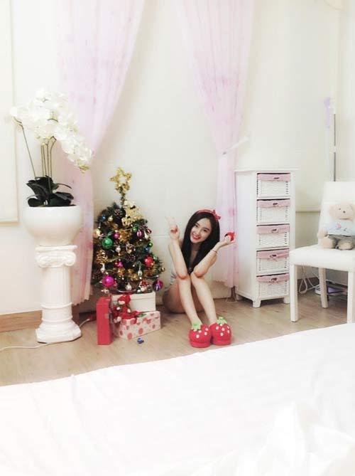 Angela Phương Trinh nhí nhảnh bên cây thông Noel 5