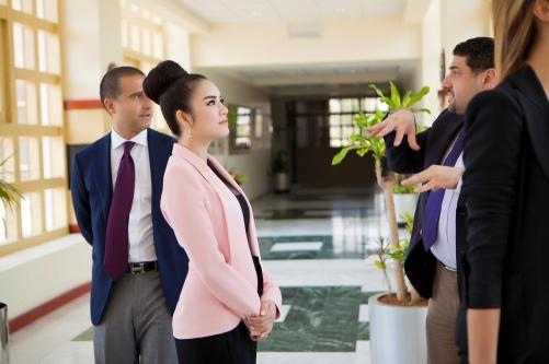 Lý Nhã Kỳ thanh lịch khi làm việc với nhiều trường đại học ở Dubai 5
