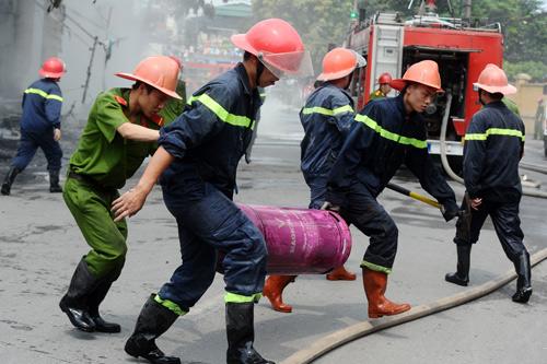 Hiện trường vụ cháy xe bồn trong cây xăng 5